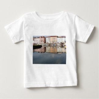 Camiseta Para Bebê As casas e os barcos são refletidos na água