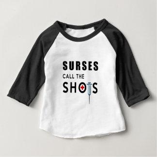 Camiseta Para Bebê As enfermeiras chamam os tiros