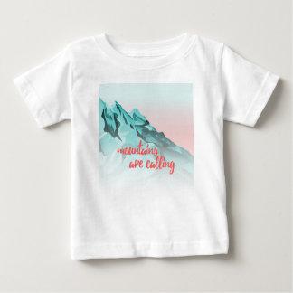 Camiseta Para Bebê As montanhas estão chamando o design da tipografia