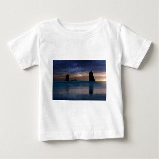Camiseta Para Bebê As rochas das agulhas sob o céu nocturno estrelado