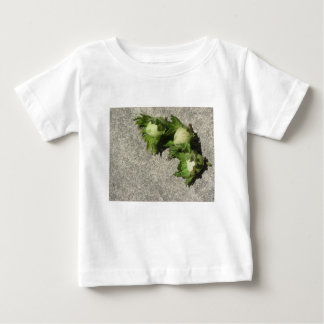 Camiseta Para Bebê Avelã verdes frescas no assoalho