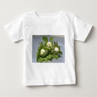 Camiseta Para Bebê Avelã verdes frescas no fundo de brilho