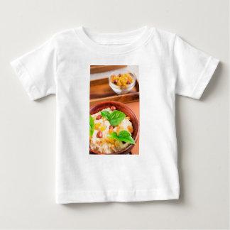 Camiseta Para Bebê Bacia de madeira velha de farinha de aveia
