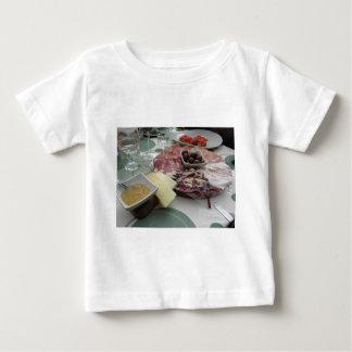 Camiseta Para Bebê Bandeja de cortes frios com o prosciutto rústico