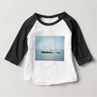 Camiseta Para Bebê Barco azul do camarão no oceano