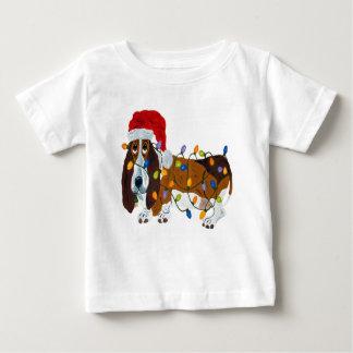 Camiseta Para Bebê Basset Tangled em luzes de Natal