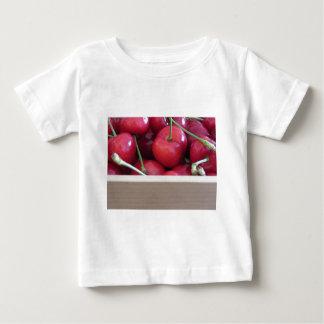 Camiseta Para Bebê Beira de cerejas frescas no fundo de madeira