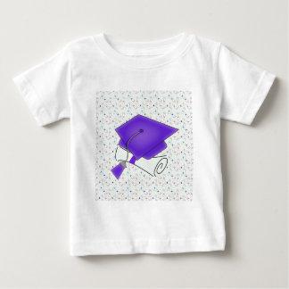 Camiseta Para Bebê Boné de formatura & diploma roxos, diplomas