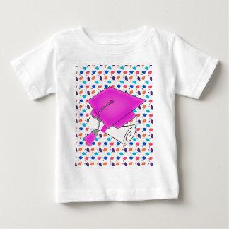Camiseta Para Bebê Boné de formatura do rosa quente e diploma, boné