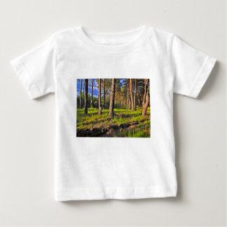 Camiseta Para Bebê Bosque de verão no luzir de tarde