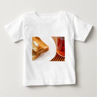 Camiseta Para Bebê Brinde quente com manteiga e copo do chá
