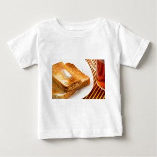 Camiseta Para Bebê Brinde quente com manteiga em uma placa branca