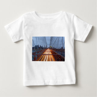 Camiseta Para Bebê Brooklyn bridge ao cair da tarde
