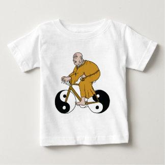 Camiseta Para Bebê Buddha que monta uma bicicleta com as rodas de Yin