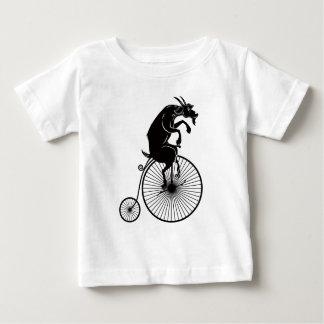 Camiseta Para Bebê Cabra que senta-se na bicicleta do Farthing da