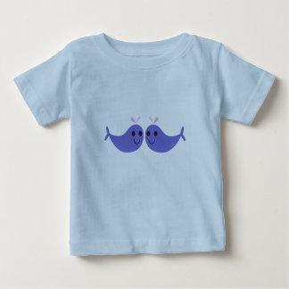 Camiseta Para Bebê CAÇOA o t-shirt com as baleias azuis