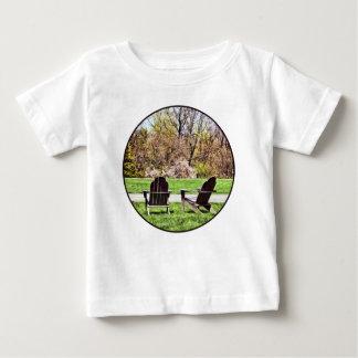 Camiseta Para Bebê Cadeiras de Adirondack no primavera
