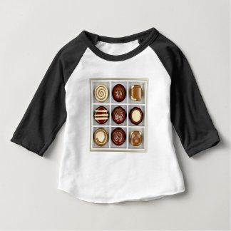 Camiseta Para Bebê Caixa com doces de chocolate