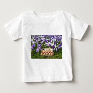 Camiseta Para Bebê Caixa de ovo com os ovos da galinha nos açafrões