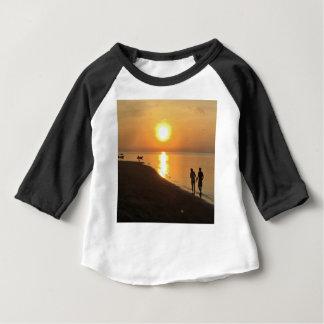 Camiseta Para Bebê Caminhada da manhã na praia