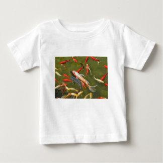 Camiseta Para Bebê Carpas de Koi na lagoa