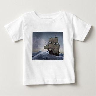 Camiseta Para Bebê Carrack medieval na tempestade