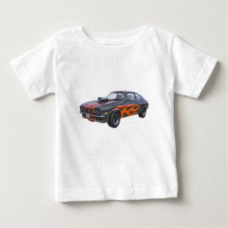 Camiseta Para Bebê carro do músculo dos anos 70 com chama alaranjada