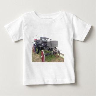 Camiseta Para Bebê Carruagem antiquado do cavalo na grama verde