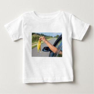 Camiseta Para Bebê Casca deixando cair do braço da janela de carro da