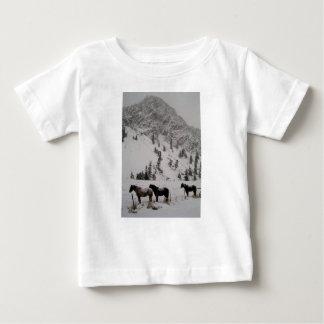 Camiseta Para Bebê Cavalos na neve nas montanhas