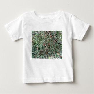 Camiseta Para Bebê Cerejas vermelhas na árvore no pomar de cereja