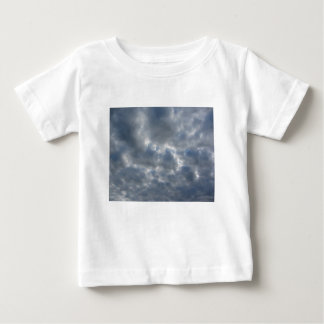 Camiseta Para Bebê Céu morno com as nuvens de cúmulo-nimbo dos