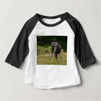 Camiseta Para Bebê Chimpanzé na grama de florescência