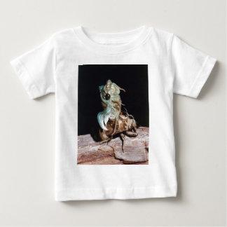 Camiseta Para Bebê Cigarra que emerge de Shell