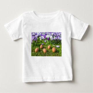 Camiseta Para Bebê Cinco ovos fracos que encontram-se perto dos