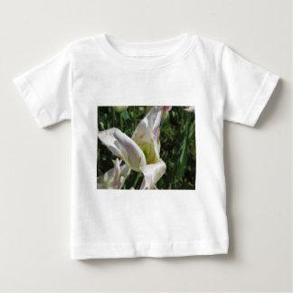 Camiseta Para Bebê Close up da flor branca da íris com gotas