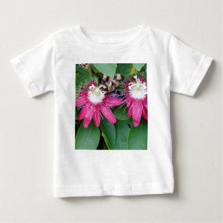 Camiseta Para Bebê Close up vermelho de duas flores da paixão fora na