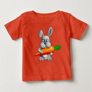 Camiseta Para Bebê Coelho com uma cenoura