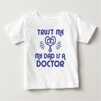 Camiseta Para Bebê Confie que eu meu pai é um doutor