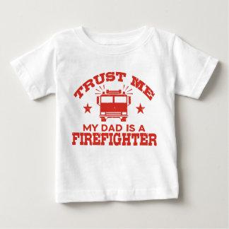 Camiseta Para Bebê Confie que eu meu pai é um sapador-bombeiro