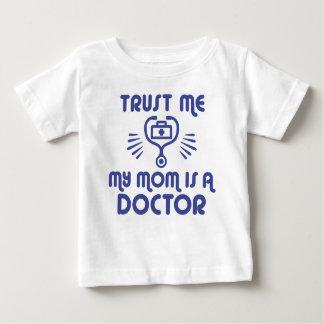 Camiseta Para Bebê Confie que eu minha mamã é um doutor