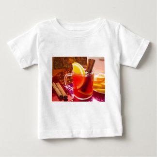 Camiseta Para Bebê Copo transparente do chá com citrino e canela