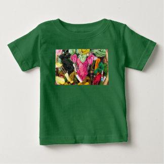 Camiseta Para Bebê Coração cor-de-rosa brilhante colorido bonito do