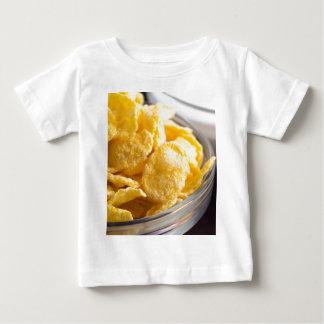 Camiseta Para Bebê Cornflakes em um close up transparente da bacia