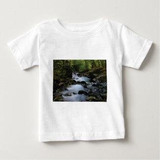 Camiseta Para Bebê córrego escondido na floresta