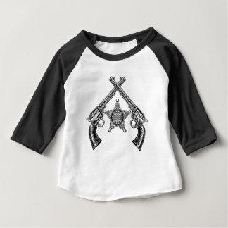 Camiseta Para Bebê Crachá da estrela do xerife e pistolas cruzadas