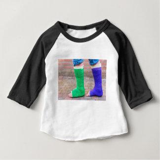 Camiseta Para Bebê Criança ereta com dois pés coloridos da gipsita