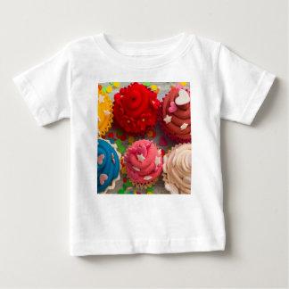 Camiseta Para Bebê cupcakes coloridos