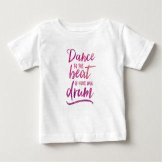 Camiseta Para Bebê Dance à batida de seu próprio t-shirt dos miúdos
