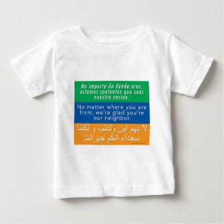 Camiseta Para Bebê Dê boas-vindas a seus vizinhos - árabe inglês